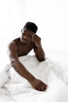 Uomo stanco di tiro medio a letto