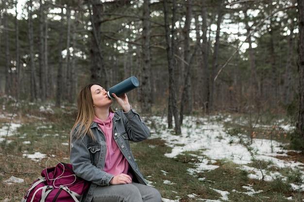 Colpo medio donna che beve caffè