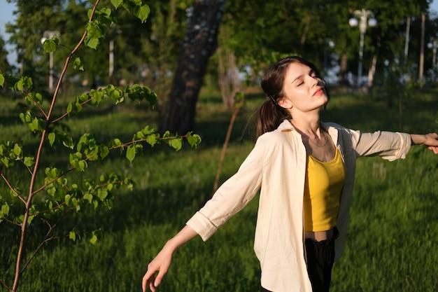 Donna del tiro medio che si gode la natura