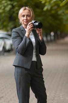 Fotocamera con inquadratura media donna che tiene in mano