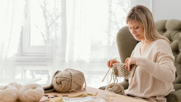 Oggetto lavorato a maglia della holding della donna del colpo medio Foto Premium