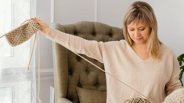 Oggetto lavorato a maglia della holding della donna del colpo medio