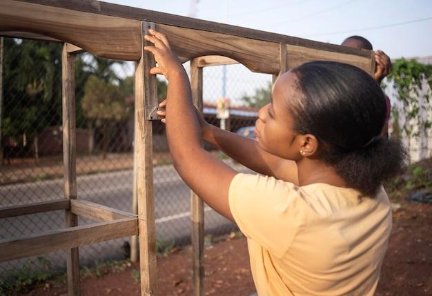 Donna del colpo medio che misura con il righello