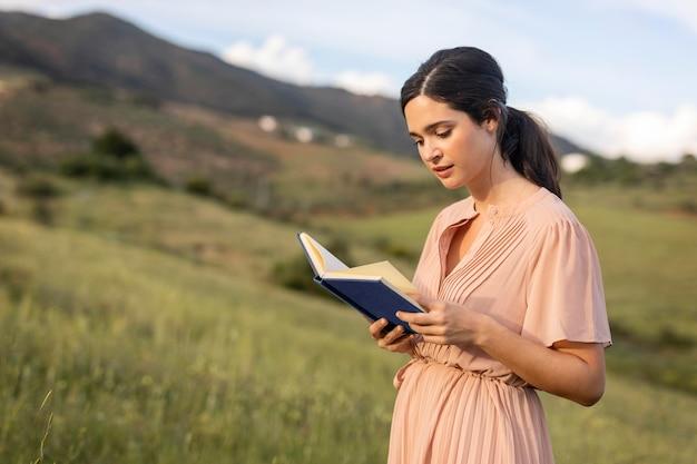 Libro di lettura della donna del colpo medio