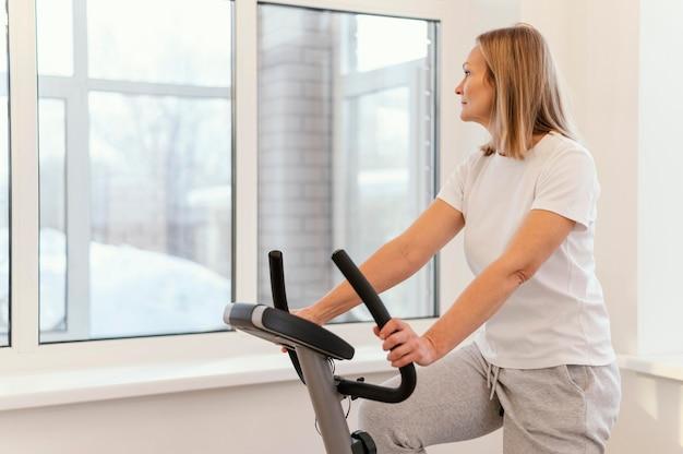 Donna del colpo medio su spin bike