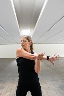 Donna del colpo medio che allunga il braccio
