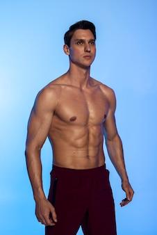 Colpo medio giovane uomo in forma