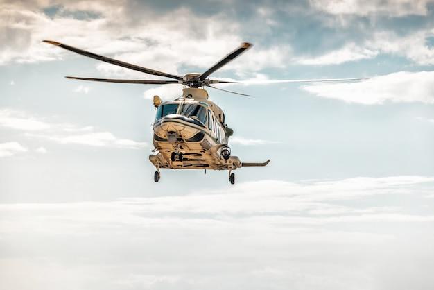 Un elicottero bimotore di medie dimensioni