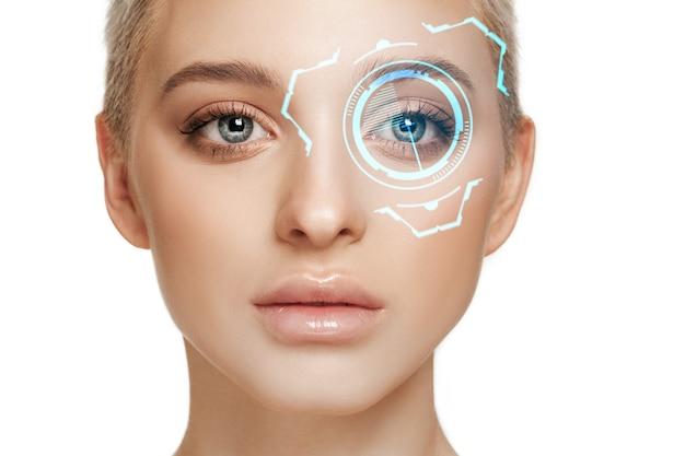 Incontra il futuro. donna con il pannello oculare della tecnologia informatica, interfaccia del cyberspazio, concetto di oftalmologia. bellissimo occhio femminile con identificazione moderna, cure mediche per gli occhi, messa a fuoco. effetti visivi.