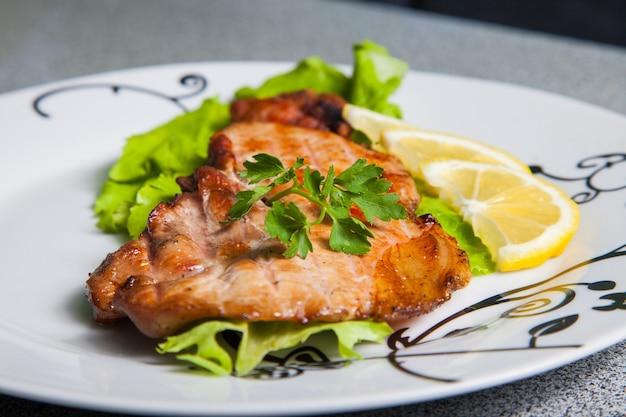 Incontro con insalata e limone sul piatto