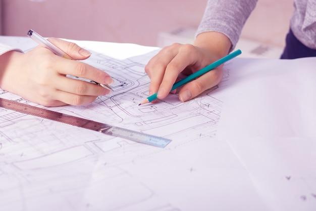 Incontro di architetti, ingegneri, pianificazione e lavoro di squadra in cantiere con progetti