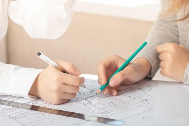Riunione di architetti, ingegneri, pianificazione e lavoro di squadra in cantiere con schemi
