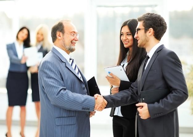 Incontro con i partner commerciali in ufficio prima della presentazione
