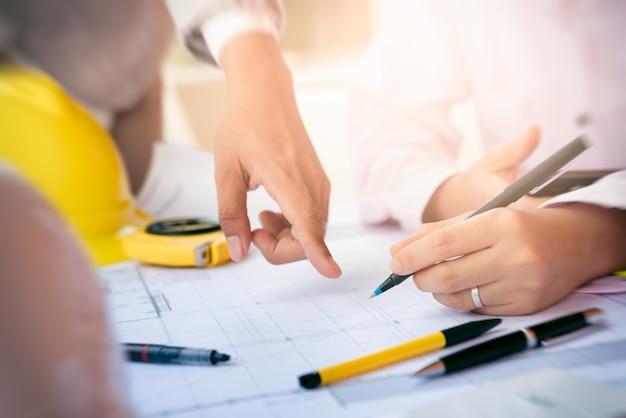 Incontro del team di progettazione degli ingegneri e discussione sul progetto di costruzione. vista da vicino solo le mani.