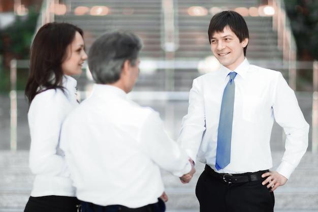 Incontro e stretta di mano di uomini d'affari in ufficio.foto con spazio di copia