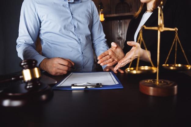 Riunione in un ufficio, avvocati o avvocati che discutono di un documento o di un contratto.