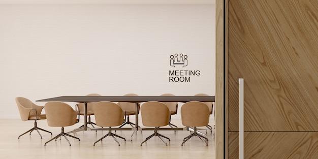 Interiore della sala riunioni con porta in legno