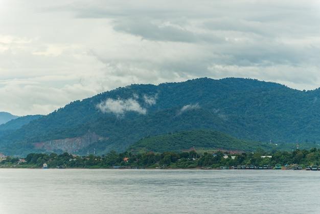 Fiume mekong con nebbia e sfondo di montagna