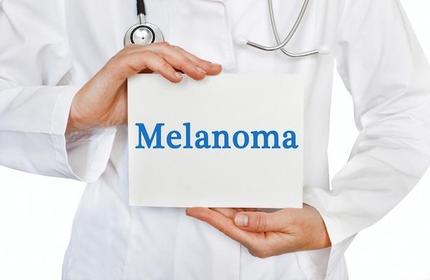 Carta di melanoma nelle mani del medico