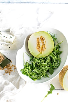 Melone con rucola in una ciotola