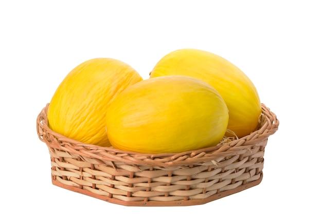 Meloni in cestino di vimini su priorità bassa bianca