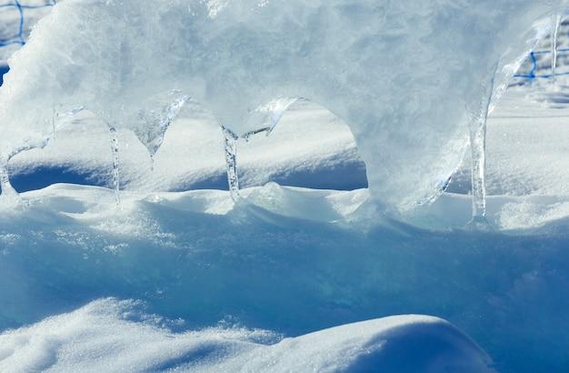 Blocco glaciale di fusione di ghiaccio con il primo piano dei ghiaccioli.