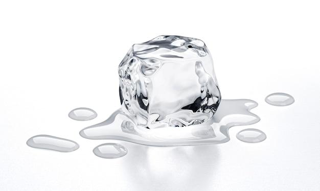 Cubetto di ghiaccio in fusione isolato su sfondo bianco