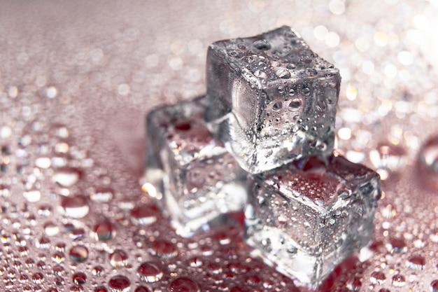 Fusione di cubetti di ghiaccio con gocce d'acqua