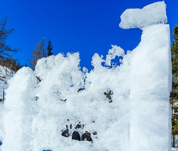 Lo scioglimento della figura del ghiaccio sulla collina di montagna.