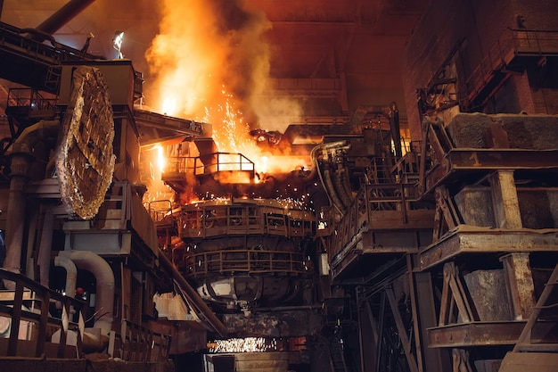 Fusione del metallo in un'acciaieria. alta temperatura nel forno fusorio.