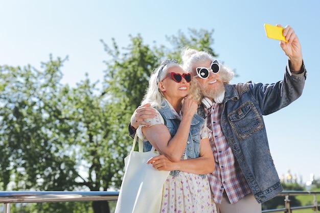 Momenti memorabili. bella coppia allegra esaminando la fotocamera mentre si scattano foto