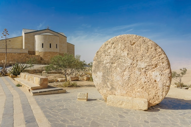 La chiesa commemorativa di mosè e il vecchio portale del monastero sul monte nebo, in giordania