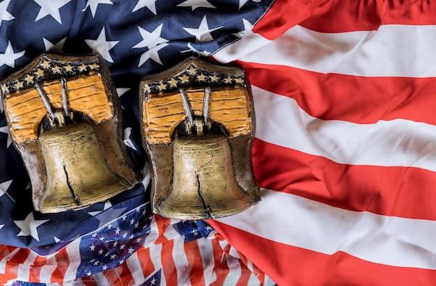 Campana della memoria sulla bandiera americana national memorial day con ricorda coloro che hanno servito
