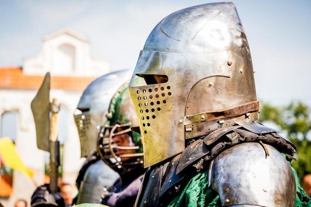Uomini nei panni di cavalieri medievali prima della lotta