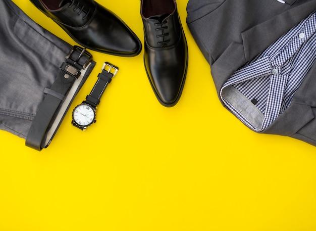Set di abbigliamento moda uomo isolato su uno sfondo giallo. concetto di vestiti di affari