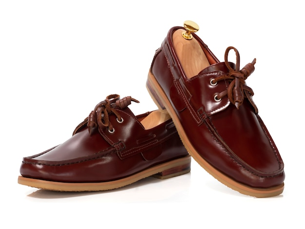 Concetto di moda maschile. scarpe da barca in pelle marrone isolato su bianco.