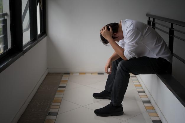 Gli uomini si sentono tristi a causa della disoccupazione con colore tono scuro
