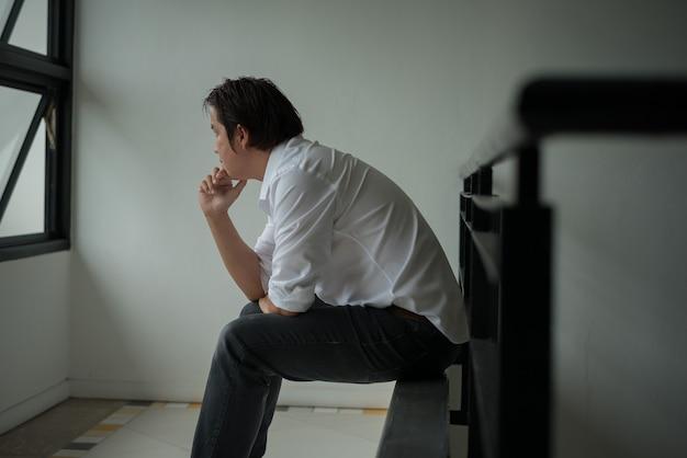 Gli uomini si sentono tristi a causa della disoccupazione con un colore di tono scuro