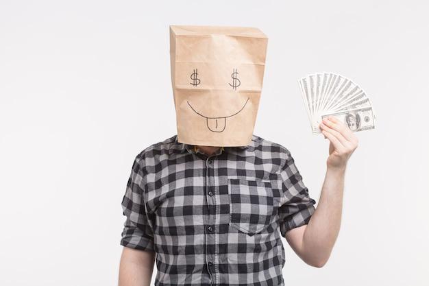 Uomini in maschera felice del sacchetto di carta con le fatture di carta su fondo bianco
