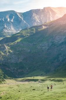 Uomini che fanno un'escursione in montagna durante il tramonto