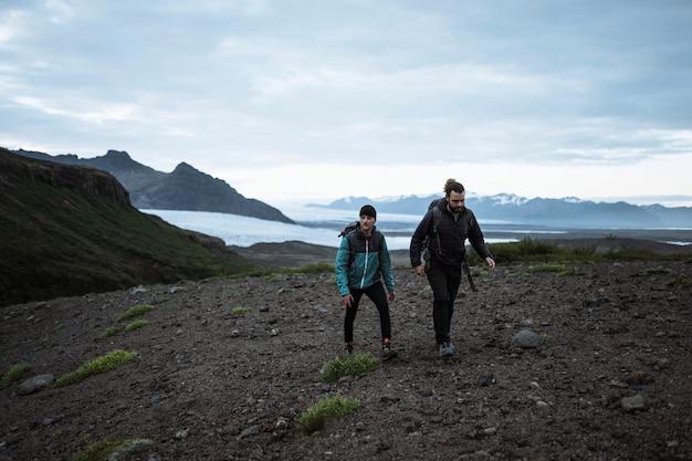 Uomini che fanno un'escursione sulla costa meridionale dell'islanda