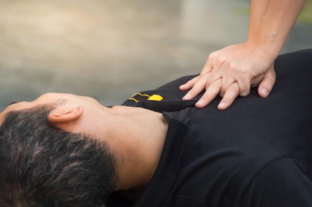 Uomini sdraiati sul pavimento con arresto cardiaco hai bisogno di aiuto con cpr