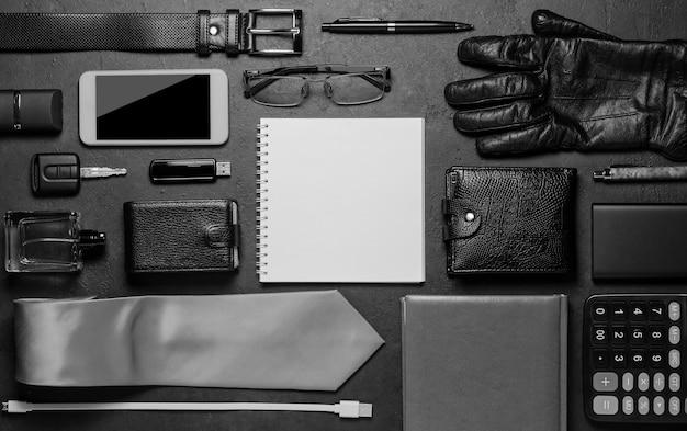 Accessori da uomo su fondo in cemento nero. il concetto di un uomo moderno di successo.