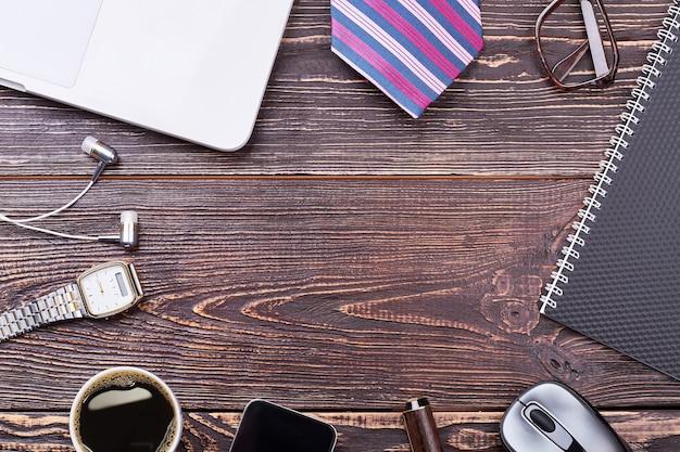 Accessori da uomo su fondo in legno. gadget e tazza di caffè. guarda alla moda sentirsi sicuri.
