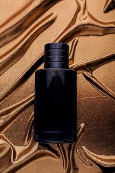 Profumo da uomo nero su tessuto dorato
