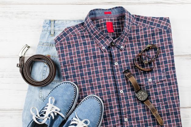 Abbigliamento casual da uomo. abbigliamento e accessori moda uomo su fondo in legno bianco, piatto, vista dall'alto