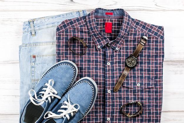 Vestito casual da uomo. abbigliamento e accessori moda maschile su bianco woodentable, piatto lay