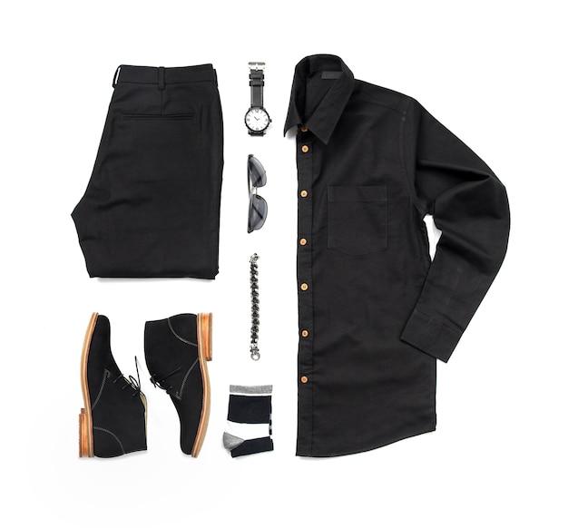 Abiti casual da uomo per abbigliamento uomo con scarpe nere, orologio, calzino, pantaloni, camicia nera e bracciale isolare su sfondo bianco, vista dall'alto