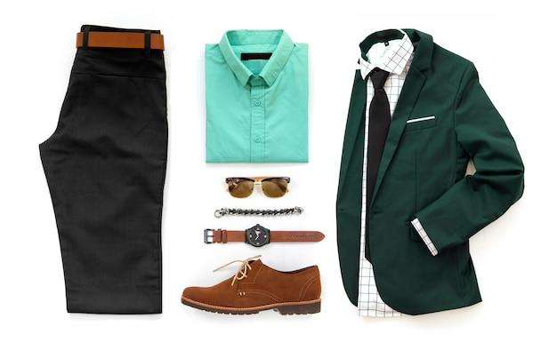 Abiti casual da uomo con scarpe marroni, orologio, cintura, bracciale, occhiali da sole, pantaloni neri, camicia da ufficio e portafoglio isolato su uno sfondo bianco, vista dall'alto