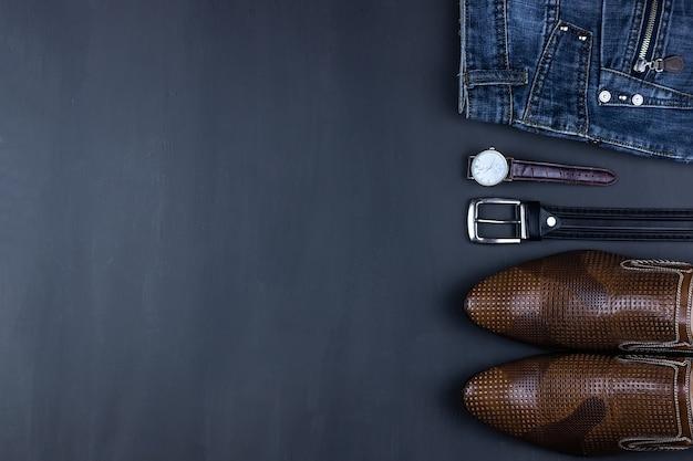 Abiti casual da uomo con abbigliamento e accessori da uomo su uno sfondo grigio grunge